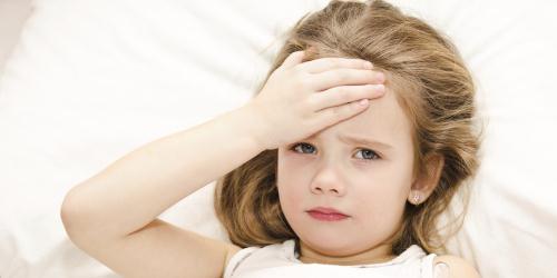 Triểu chứng nổi trội của sốt xuất huyết ở trẻ em là đau họng và đau bụng kèm sốt