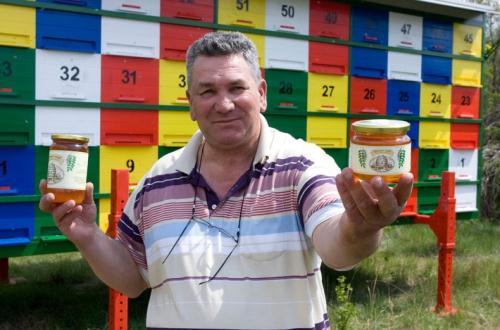 Anh Ante Kresich đã sống sót khỏe mạnh, tự nuôi ong để có được mật ong tốt nhất.