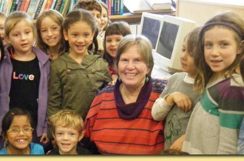 Tác giả truyện thiếu nhi Ann Cameron bên các em nhỏ.