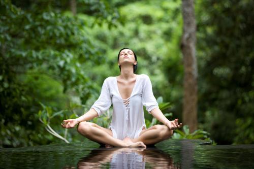 Thiền định từ Ấn Độ có nguồn gốc từ lâu đời. Nghiên cứu cho thấy rằng thiền giúp hạ huyết áp, làm tăng sản xuất serotonin giúp cải thiện tâm trạng đáng kể. Thiền cũng làm giảm sự đau đớn của các triệu chứng đau đầu hoặc mất ngủ, làm tăng năng lượng và tăng cường hệ thống miễn dịch.