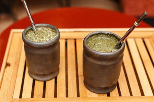 Uống trà Mate để khỏe như người Argentina. Trà Mate có nguyên liệu từ một loại lá tự nhiên của các khu rừng nhiệt đới Nam Mỹ chứa cafein và dinh dưỡng. Cách chế biến là đem lá phơi khô và nấu với nước sôi. Uống trà giúp gia tăng sự trao đổi chất, cải thiện tiêu hóa, và duy trì sức khỏe tim mạch. Đây là một thức uống năng lượng thúc đẩy giúp trong việc duy trì sức khỏe tổng thể của cơ thể.