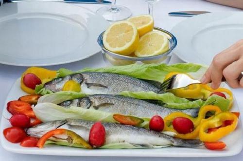 Ăn ngon và dinh dưỡng như người Hy Lạp là chìa khóa để khỏe mạnh. Rõ ràng, thực phẩm đóng một vai trò lớn trong việc kéo dài tuổi thọ và cho bạn sức khỏe dẻo dai. Chế độ ăn đặc trưng từ Địa Trung Hải này ưa chuộng trái cây tươi, rau quả, ngũ cốc nguyên hạt, chất béo lành mạnh, thịt trắng, cá… giúp giảm nguy cơ bệnh tim, bệnh Alzheimer, bệnh béo phì và ung thư.