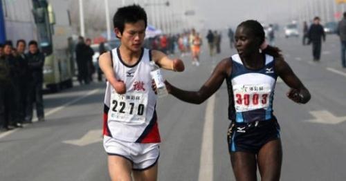 Dù có nhiều khả năng về đích đầu tiên, nhưng vận động viên Jacqueline Kiplimo vẫn quyết định chạy chậm lại để giúp một vận động viên khuyết tật khác.