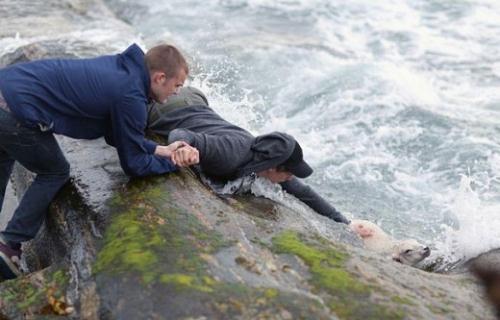 Chàng trai người Na Uy dũng cảm không ngại liều mình cứu một chú cừu đang bị cuốn theo dòng nước.