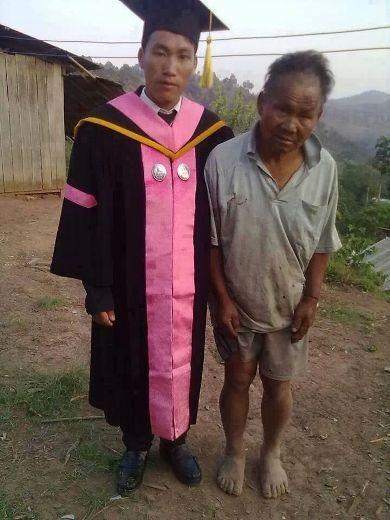 Một chàng trai vừa tốt nghiệp bên cạnh người cha nông dân của mình.