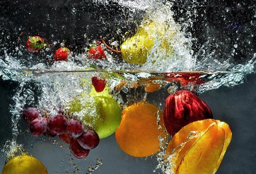 Sau khi rửa sạch bụi bẩn, nên ngâm rau củ quả trong nước sạch từ 5-10 phút, rồi rửa lại lần nữa