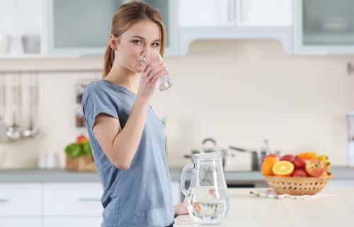 Buổi sáng khi thức dậy, hãy uống 640ml nước trước khi đánh răng