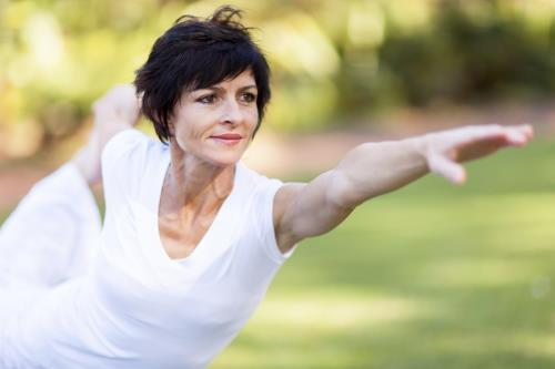 Phụ nữ trung niên có thể tập Yoga để giảm căng thẳng, áp lực