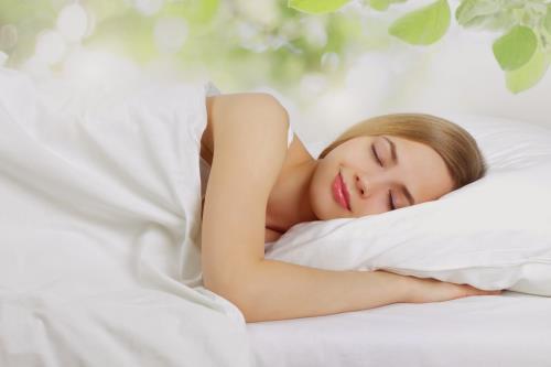 Nằm nhắm mắt thư giãn và thoải mái sẽ giúp chúng ta dễ chìm vào giấc ngủ