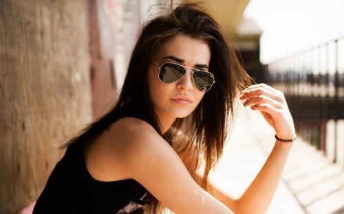 Luôn đeo kính râm khi ra ngoài để mắt luôn được bảo vệ