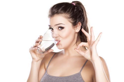 Chỉ nên uống nước khi khát, uống quá nhiều nước không tốt cho thận