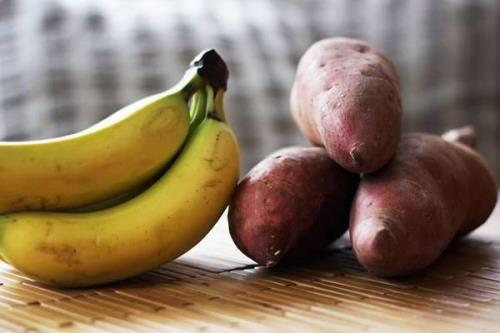 Khoai lang và chuối đều chứa chất dinh dưỡng rất tốt chữa trị bệnh viêm khớp