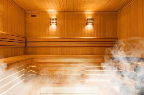 Dù mang đến lợi ích tích cực nhưng xông hơi và tắm nước nóng không phù hợp với tất cả mọi người.